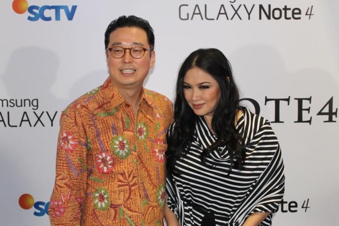 Mr. Kanghyun Lee (Vice President of Corporate Affair PT. Samsung Electronics Indonesia) berfoto dengan Titi DJ di Wall Of Frame NOTE 4 Harmoni